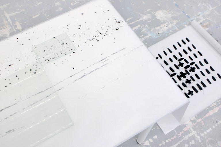 Sans titre, 2017, installation (feutre et huile sur rouleau de papier calque, 2 plaques de verre), dimension variable